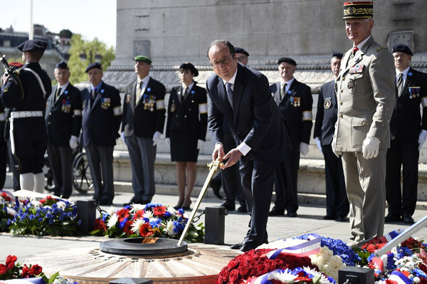 Hollande leads WWII commemorations in Paris
